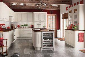 Moderno uređenje kuhinje – kako dodati crvene detalje